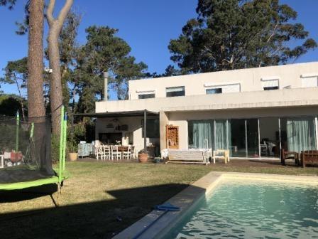casa 4 dormitorios piscina propia barrio cerrado con piscina y barbacoa
