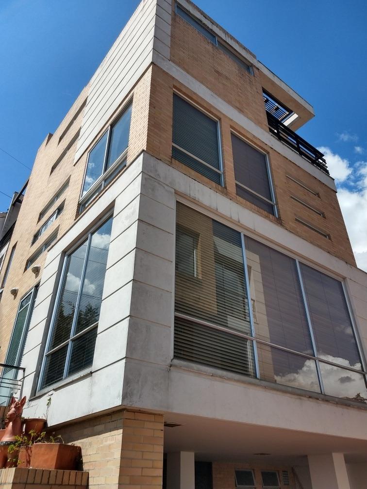 casa 4 pisos, 4 alcobas con baño, 3 parqueaderos, jacuzzi