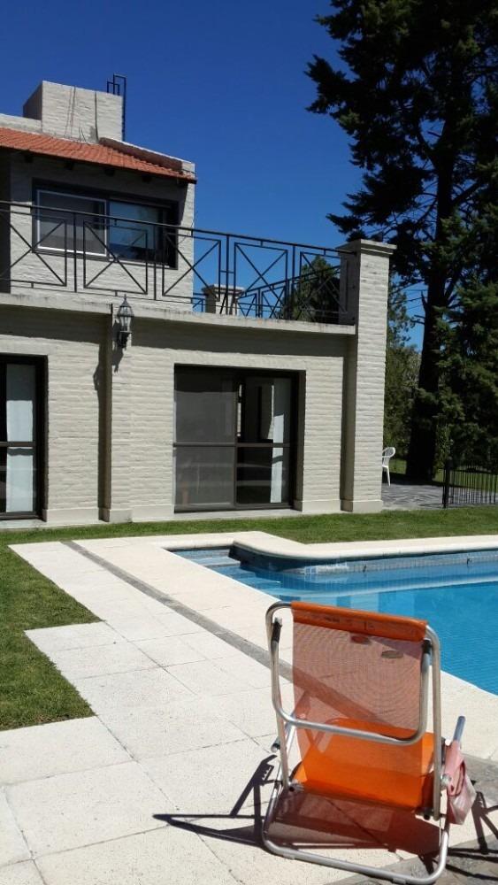 casa 5 ambientes amplios y luminosos, dos baños completos.