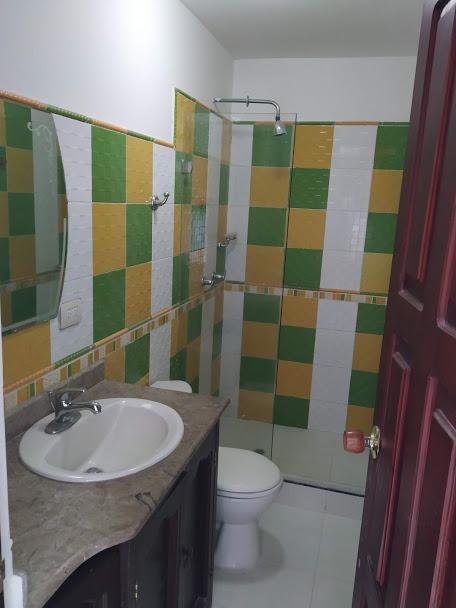 casa 5 habitaciones, 3 baños, patio, alcoba, tina