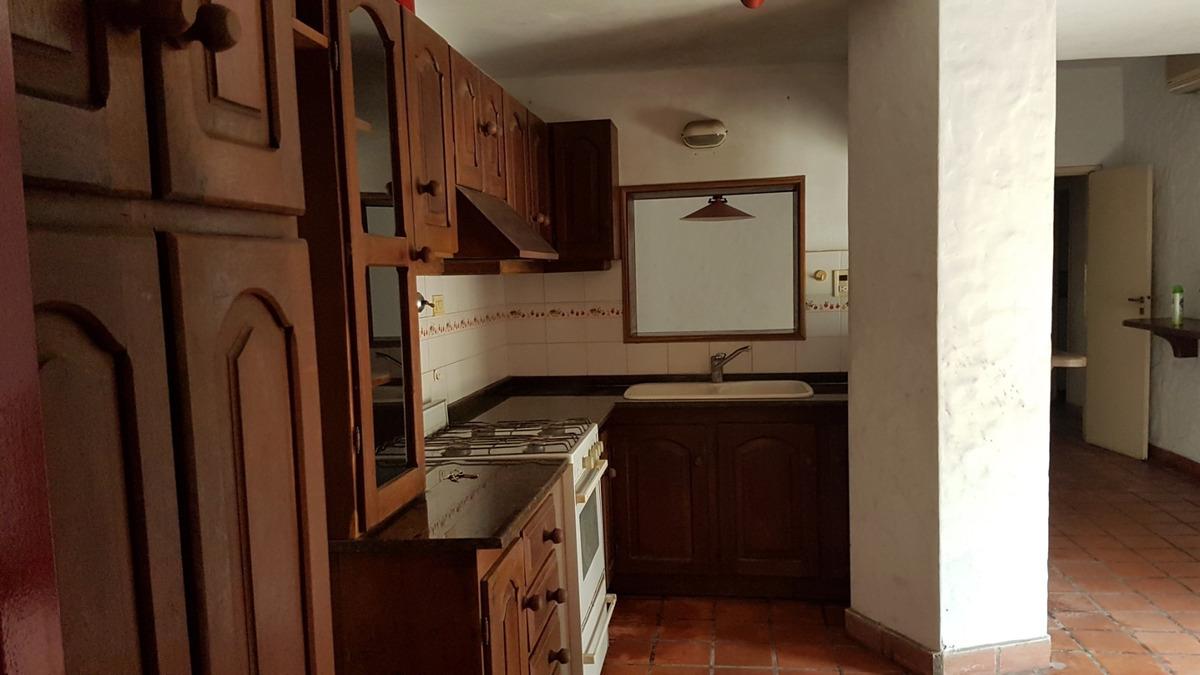 casa 6 ambientes - 2 habitaciones - 2 baños  vendo urgente