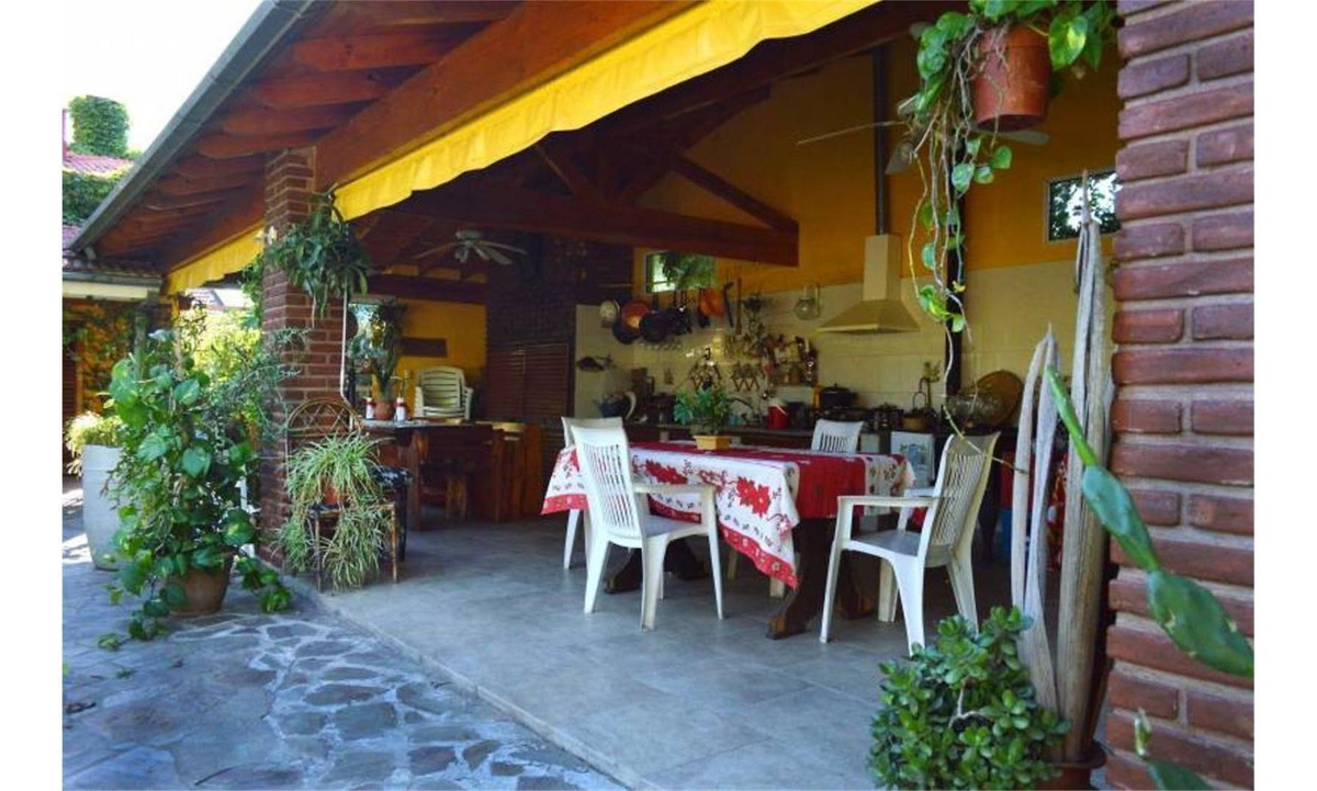 casa 6 ambientes con parque y pileta.
