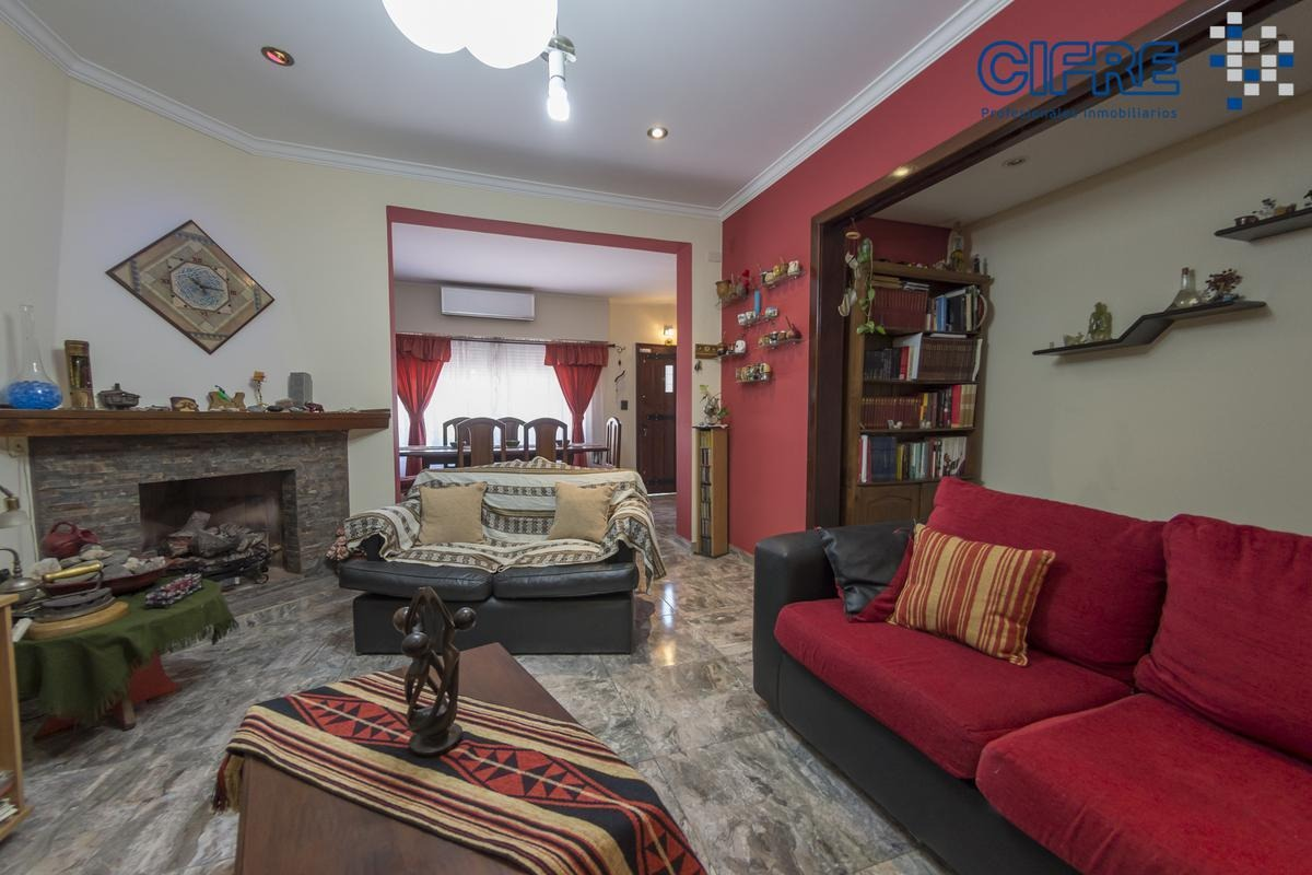 casa 6 ambientes en esquina, lote propio de 15mx12m con garage y 2 patios.