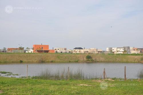 casa a estrenar barrio puerto el canton con espejo de agua