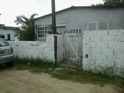 casa á venda na praia,com 2 quartos,e 1 suíte,em itanhaém-sp