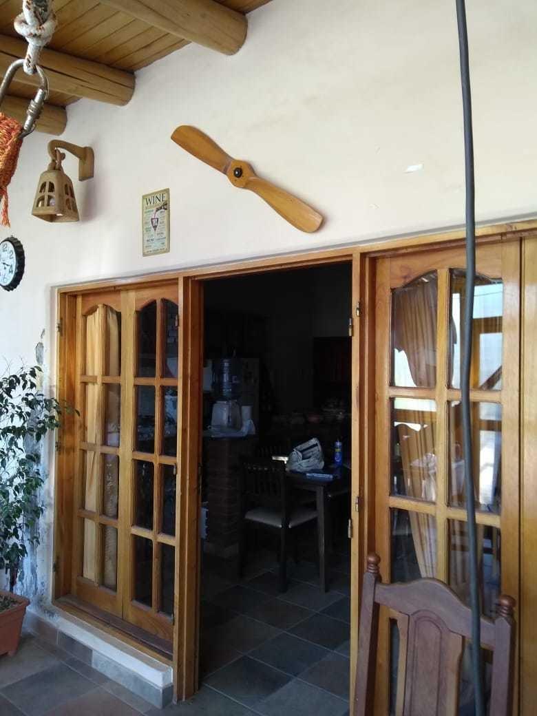 casa amplia con salon comercial. ubicacion ideal