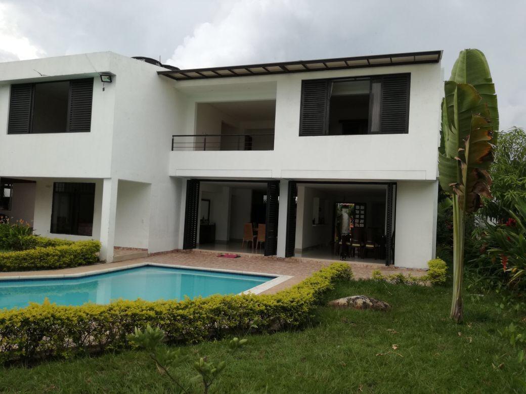 casa anapoima con grandes zonas verdes piscina y naturaleza