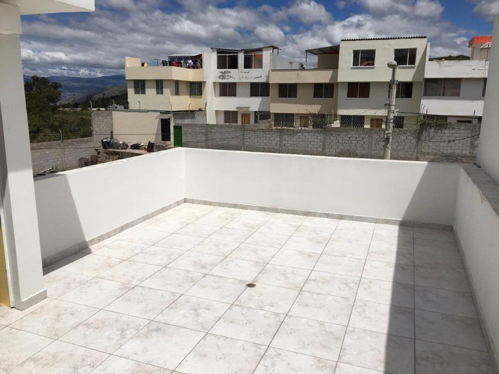 casa blanca grande 3 pisos con terraza y patio amplios.
