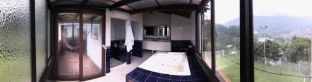 casa campestre con cancha de futbol y jacuzzi .