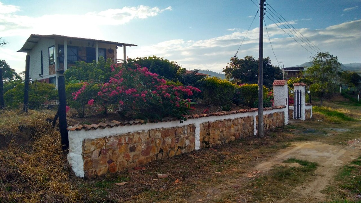 casa campestre, jardin, dos balcones, garaje, chimenea