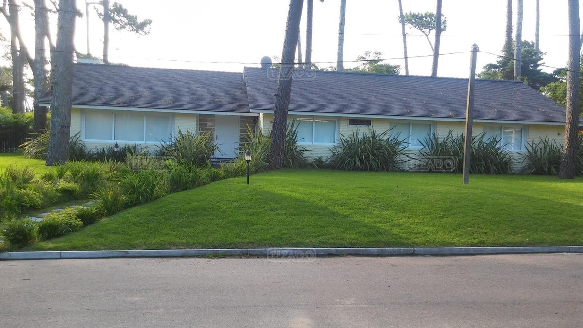 casa chalet  en venta ubicado en playa mansa, punta del este
