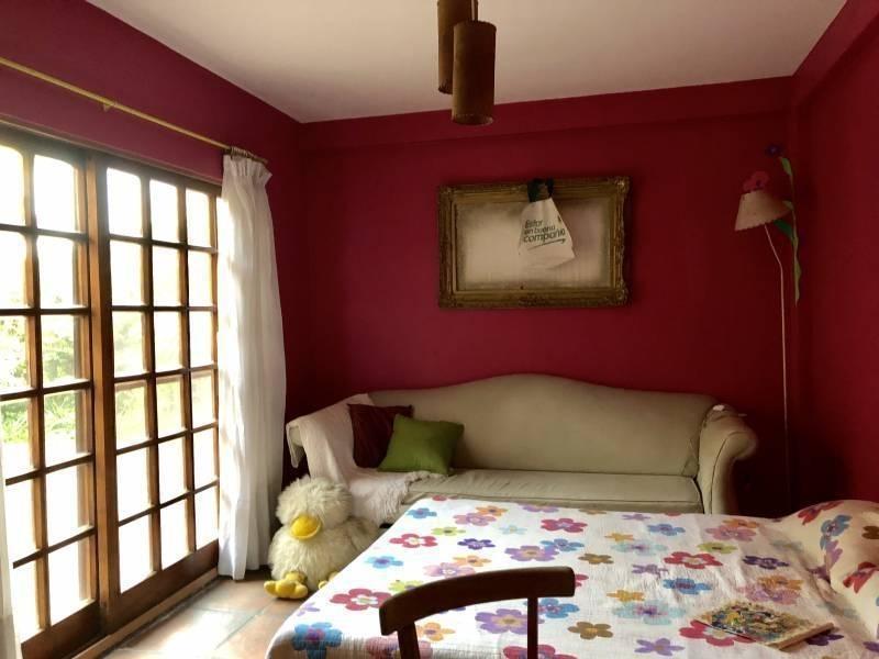casa clasica muy comoda con doble lote en alquiler temporario en el country club loma verde.