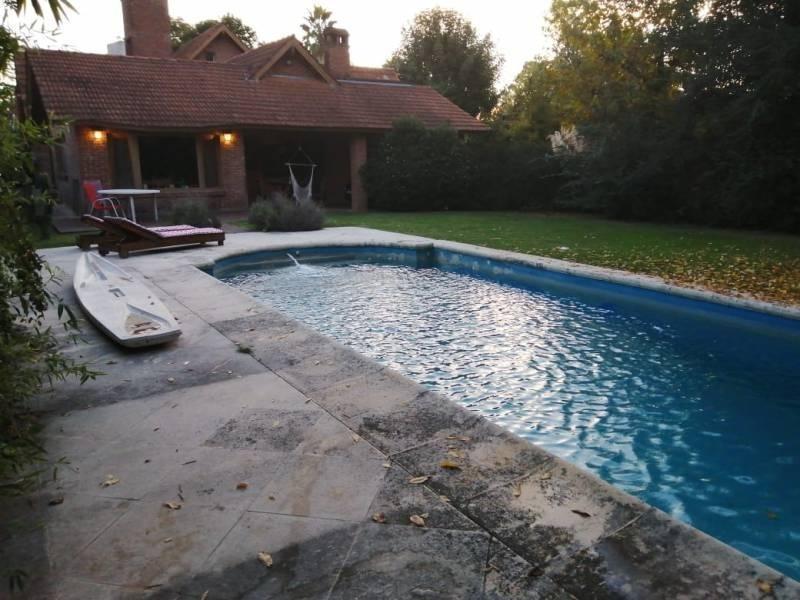 casa clasica muy comoda con doble lote en venta en el country club loma verde.