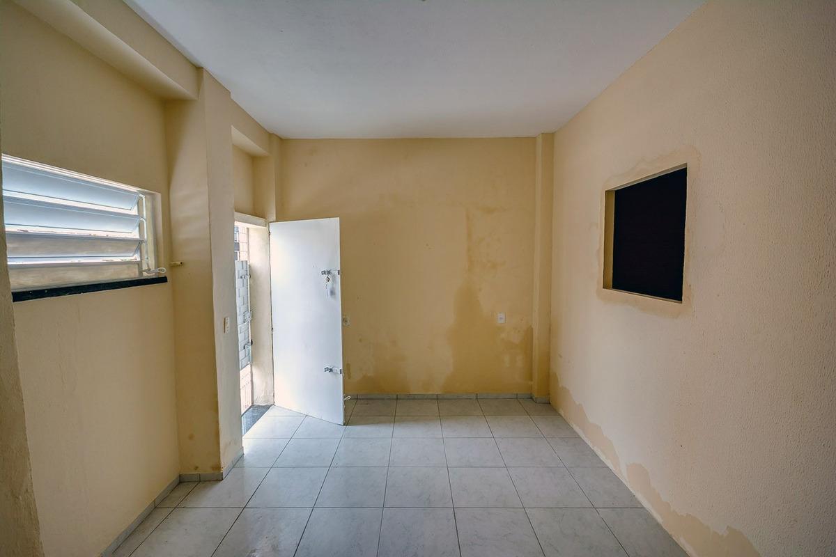 casa com 1 quarto, quase esquina com avenida dom manuel