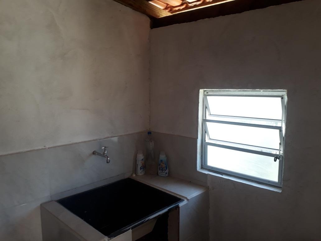 casa com 2 quartos, 1 banheiro, com 2 vagas na garagem.