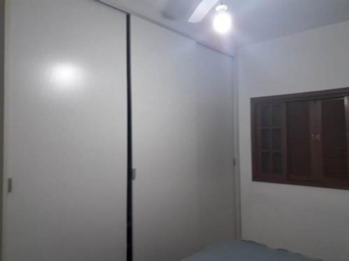 casa com 2 quartos em itanhaém, ficando lado praia - 5520/p