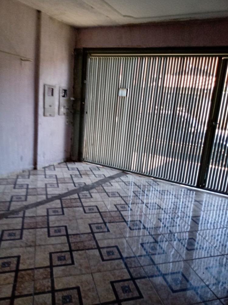 casa com 2 quartos; ponto comercial e casa de fundo.