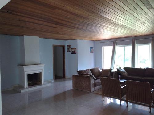 casa com 4 quartos(suite),sala com lareira e cozinha.