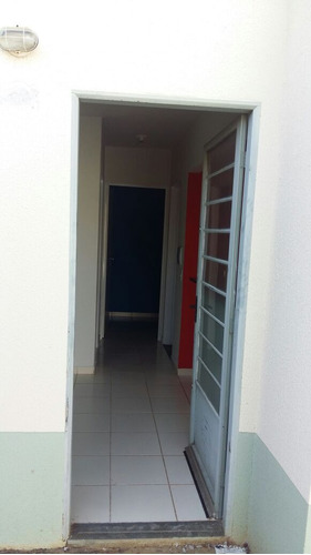 casa com 5 cômodos, 2 quartos, 1 banheiro, sala, cozinha
