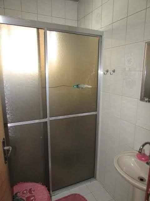 casa com 5 cômodos, 3 quartos, sala, cozinha e banheiro.