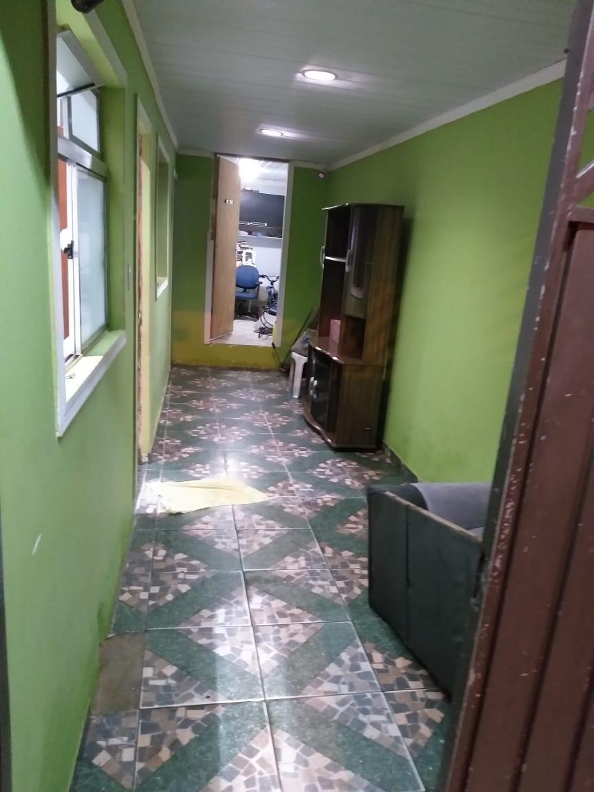 casa com 6 cômodos e 2 banheiro