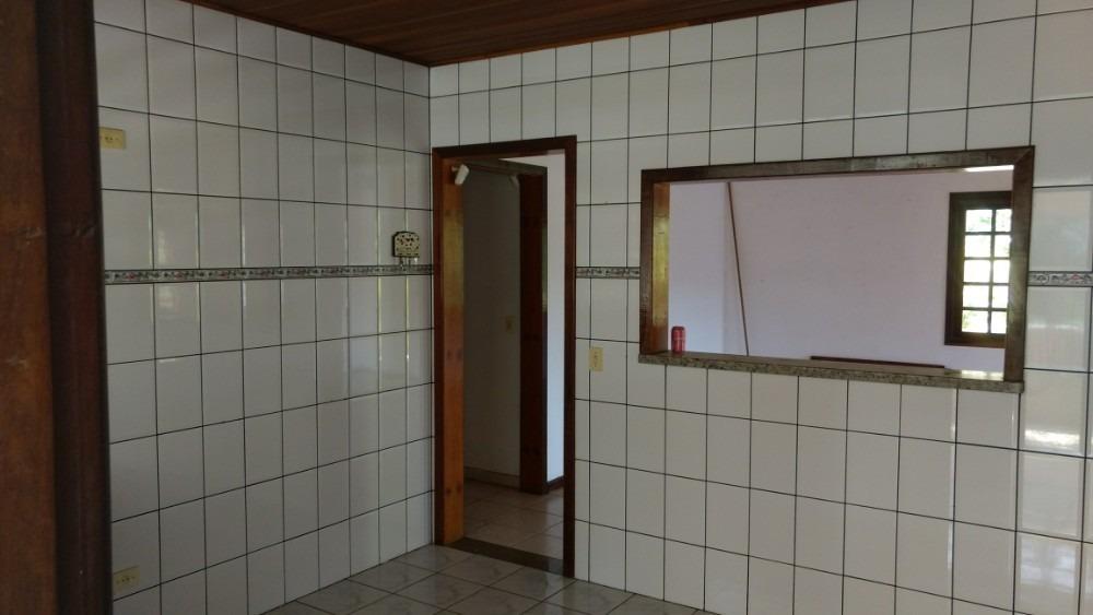 casa com 6 comodos, dois banheiros e area de lazer.