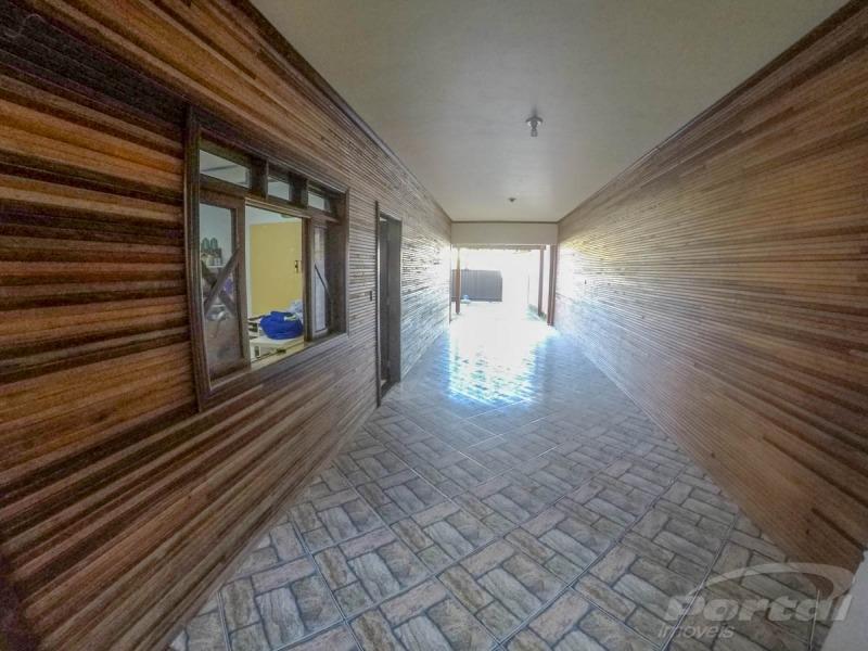 casa com dois pavimentos servindo para duas familias individuais piso terreo com uma suite  um dormitório, banheiro social, estar jantar,e demais dependências, garagem. pavimento superior três dormit