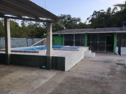 casa com piscina, 1 quarto, escritura, terreno 415m²