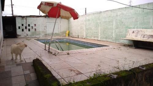 casa com piscina lado praia com 4 quartos.