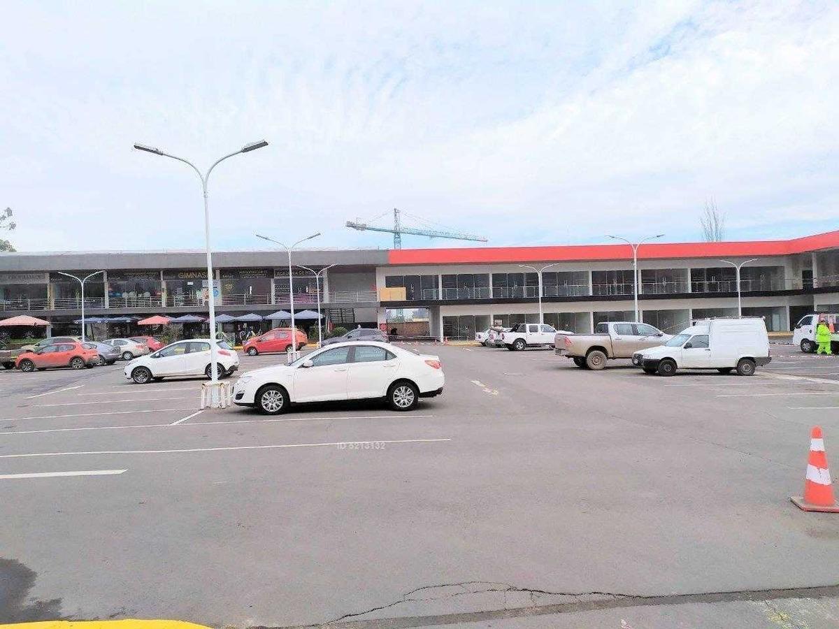 casa comercial frente al principal centro comercial de huechuraba