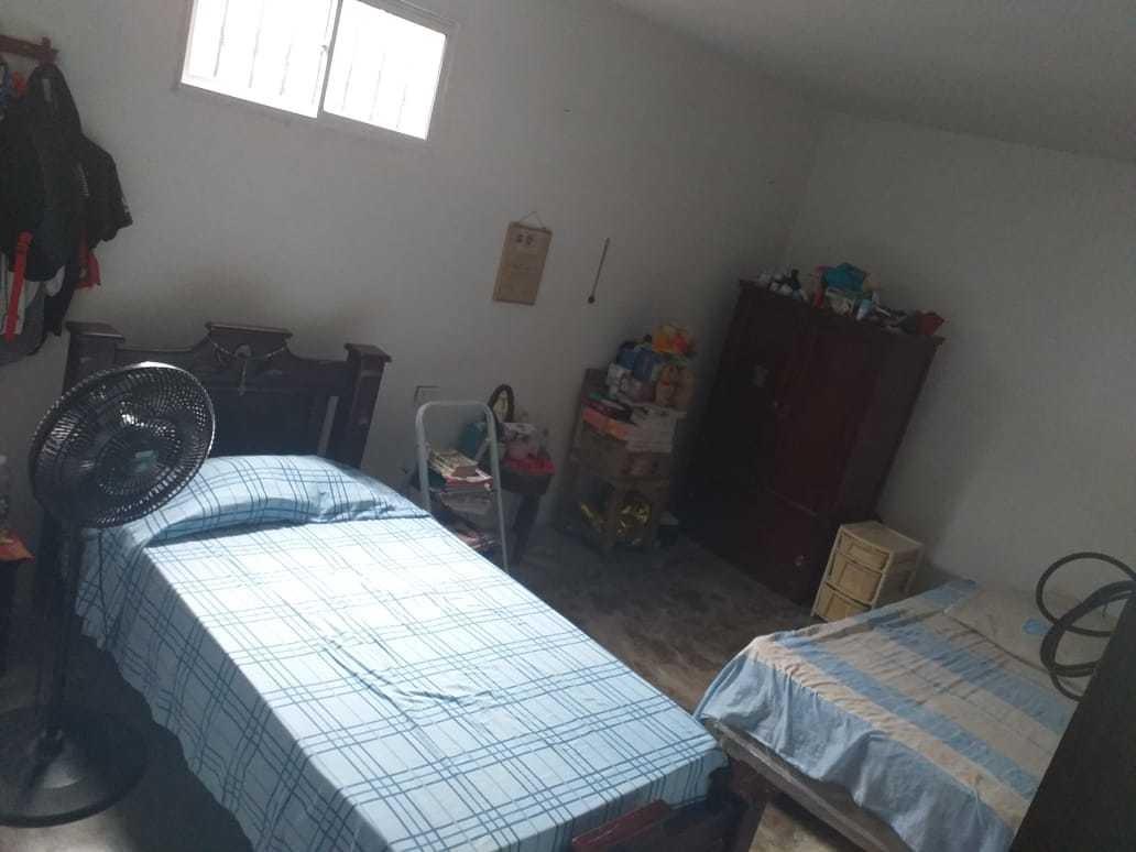 casa con 4 habitaciones, 2 baños, sala, comedor, garaje