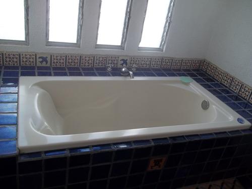 casa con 5 recamaras, 4 baños, doble cochera, alberca,