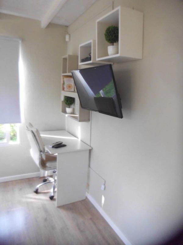 casa con alarma y tv cable aire acondicionado..