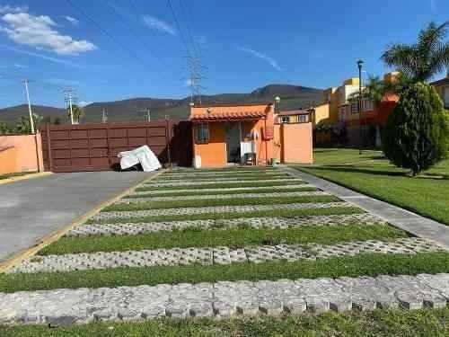 casa con alberca y amplio jardín en privada, tezoyuca mor.