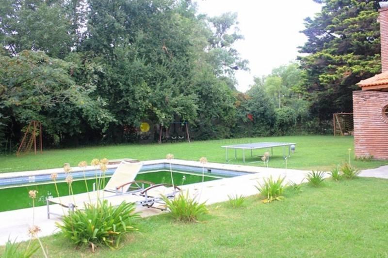 casa con amplio parque a la venta con piscina en el carmencito