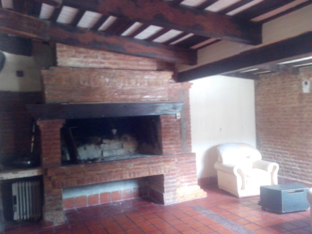 casa con amplios  ambientes  con 6 dormitorios y  4 baños
