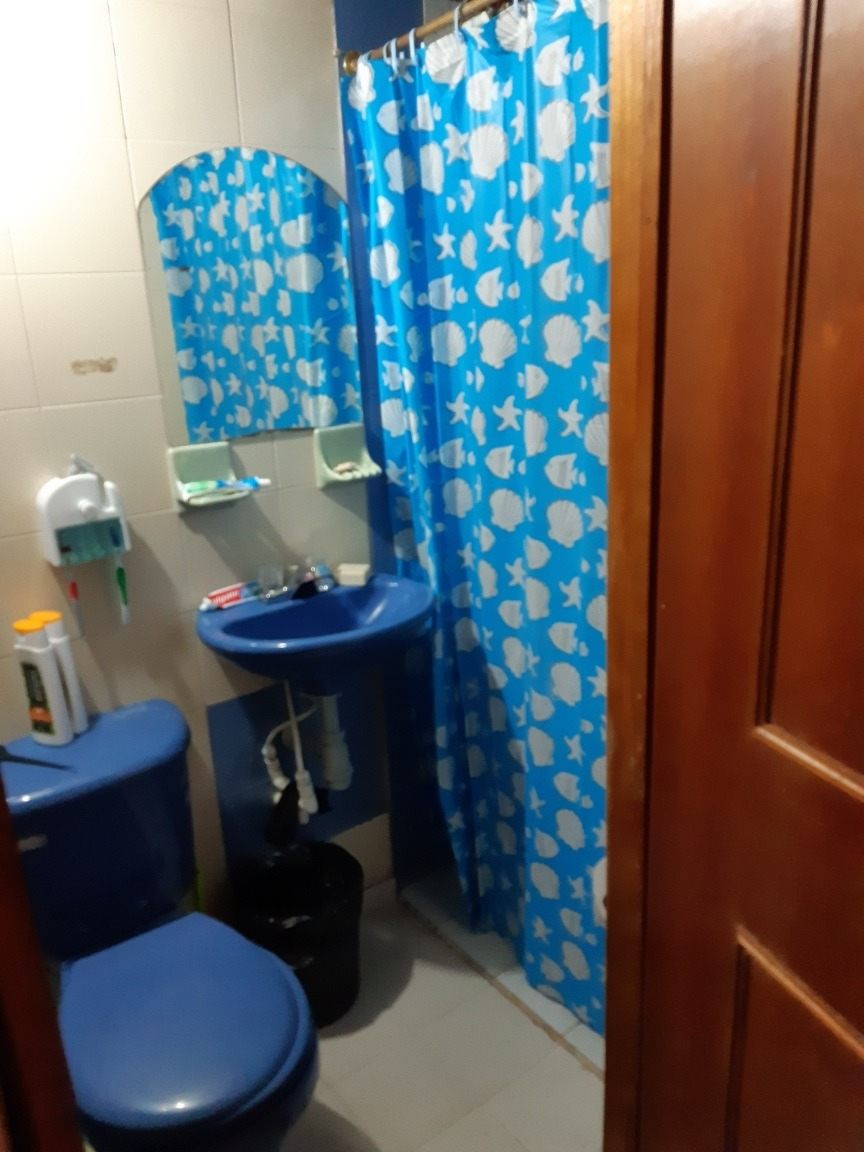 casa con cuatro habitaciones 2 baños sala comedor terraza.