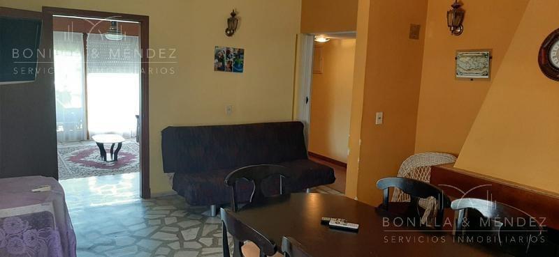 casa con dos apartamentos en muy buena ubicación a pasos del centro de piriápolis.