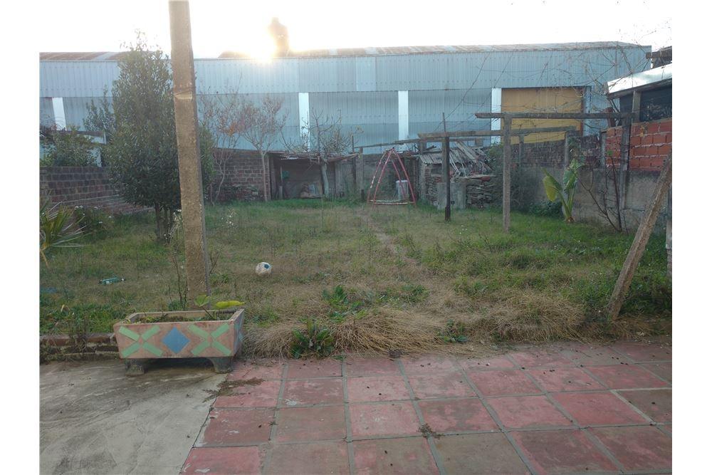 casa con enorme jardin a reciclar.