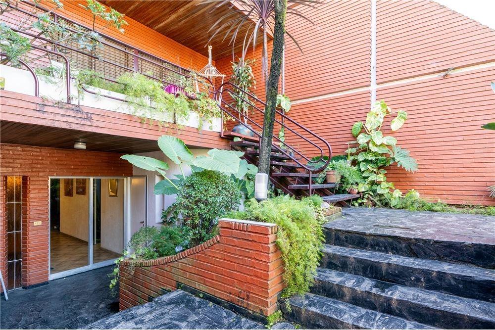 casa con gran jardin y pileta en venta agronomia