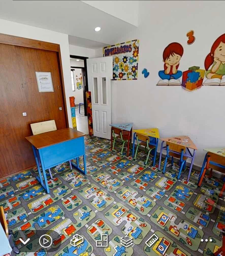 casa con jardín infantil en funcionamiento