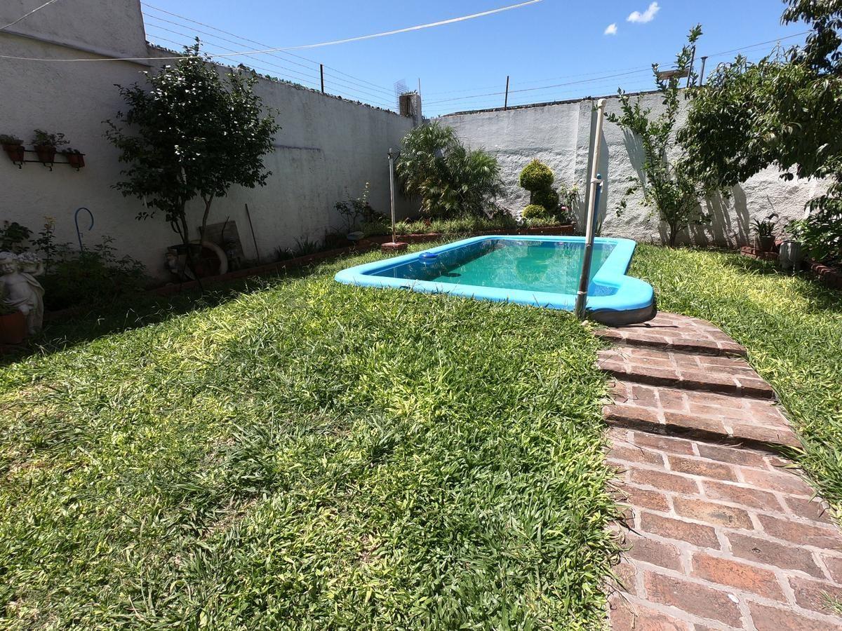 casa con jardín y piscina - parque avellaneda