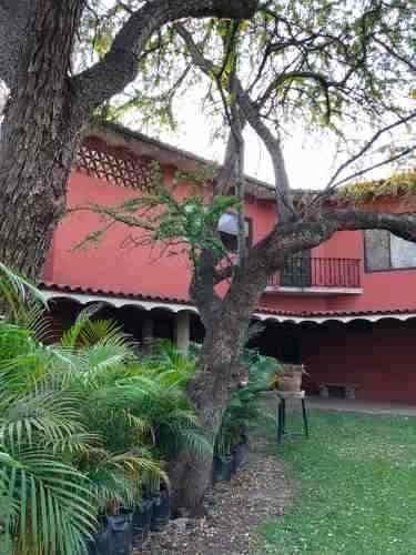 casa con jardines amplios