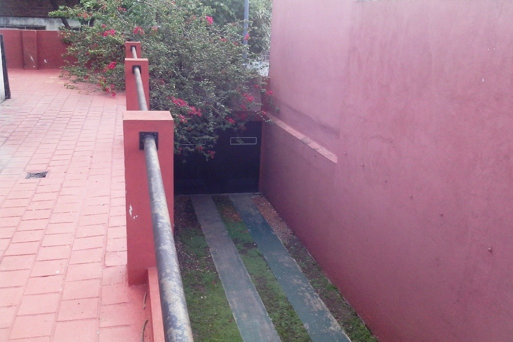 casa con local y quincho entreada 5 autos  lote 24 mts