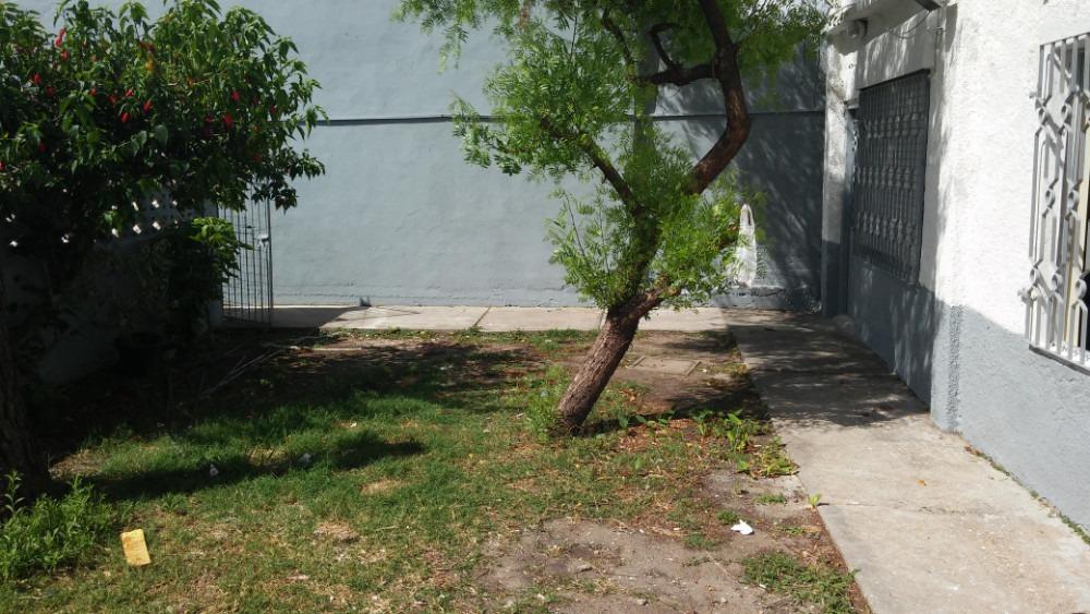 casa con patio a sus frente y parrillero muy comoda