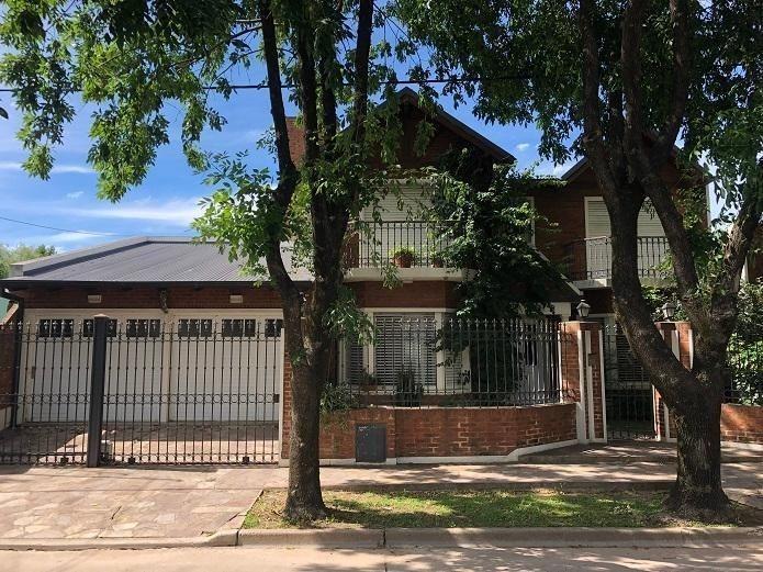casa con pileta en zona residencial céntrica