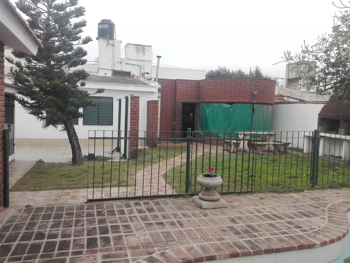 casa con pileta muy cerca del centro