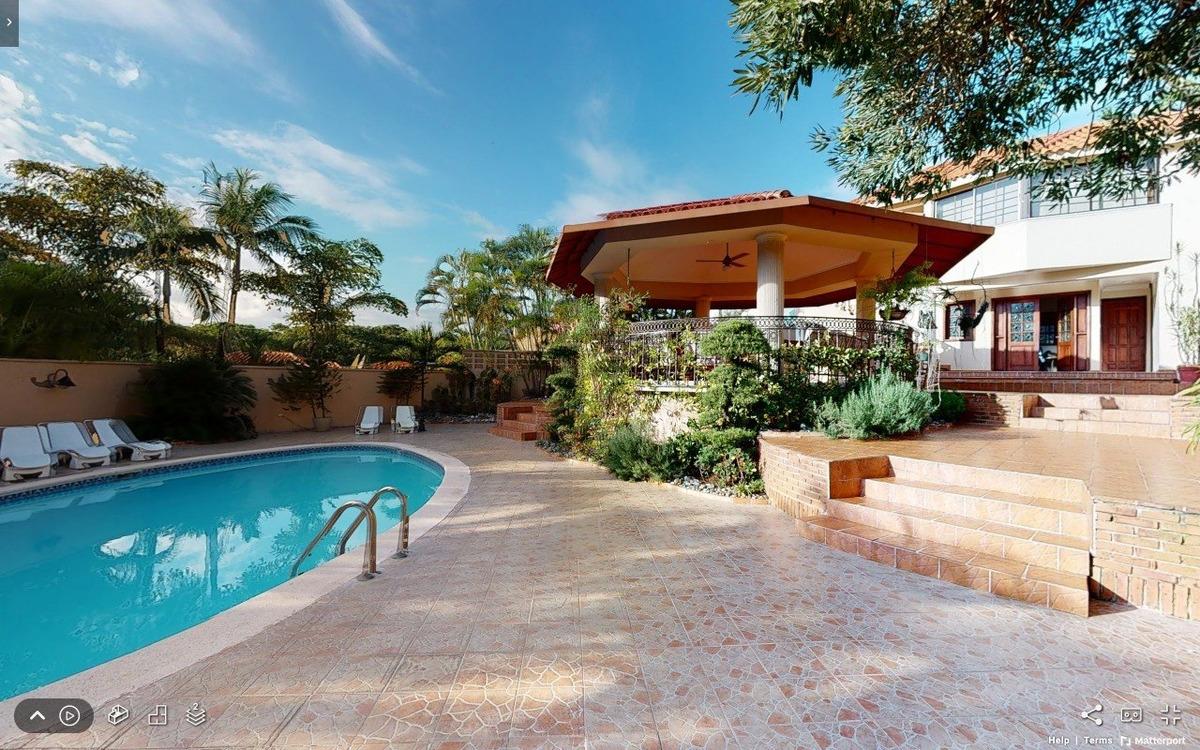 casa con piscina en altos de arroyo hondo iii