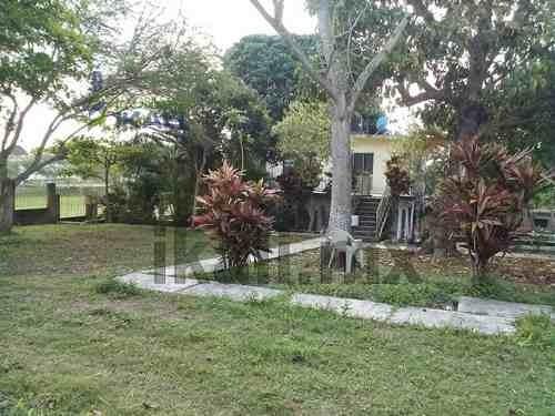casa con terreno en venta se encuentra en el ejido de sabanillas a las afueras de tuxpan, veracruz, frente al campo de futbol, es un terreno de 2,890 m², la casa cuenta con sala, comedor, cocina, gas
