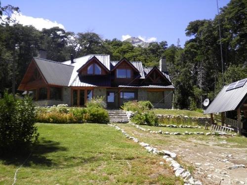casa con vista al lago en medio del bosque